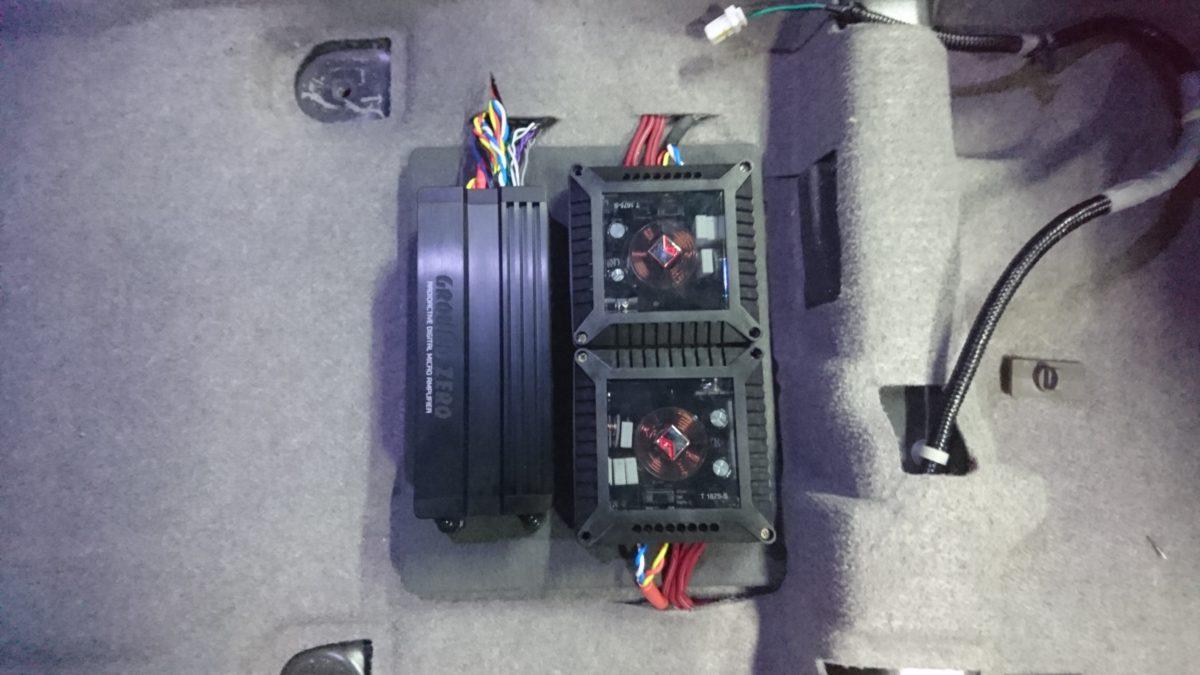 コンパクトなアンプは付け終わり♪サイズも大きな車へコーティング施工中~