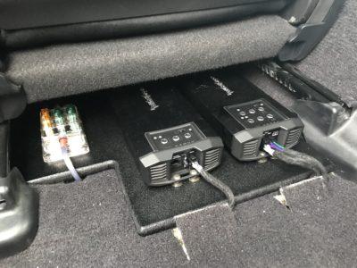 シート下にも収まる!コンパクトサイズのパワーアンプが人気です。
